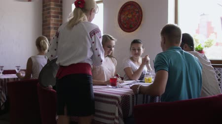 garçonete : Waitress bring drinks to studying students in cafe