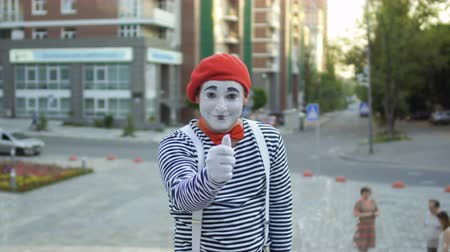 gesticulando : Cute mime in red beret show thumb up on camera