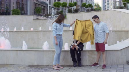 büyücü : Illusionist showing trick with tied hands and rope for passersby at the street Stok Video