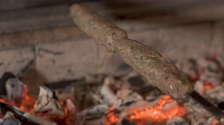 sağlamak : Delicious kebab is pepraring on skewer on a hot coals Stok Video