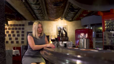 banquinho : Elegance lonely woman drinks wine near bar counter