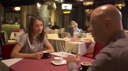 toalha de mesa : Adult people have a date at restaurant Stock Footage