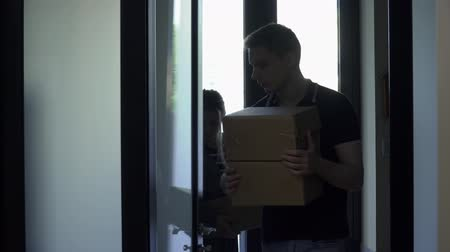 resimlerinde : Guy with a girl comes into the house and carries boxes