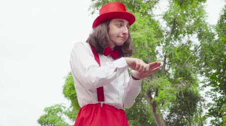 gesticulando : Young mime is crooked in the park