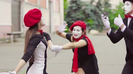 gesticulando : Mimes is crooking in the city
