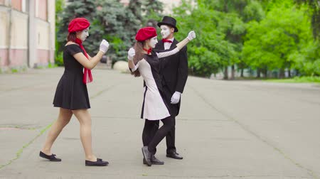 gesticulando : Three mimes act in the city street