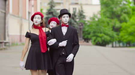 greasepaint : Three funny mimes play scenes in the city street