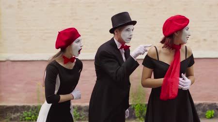 gesticulando : Mimes make fun near building
