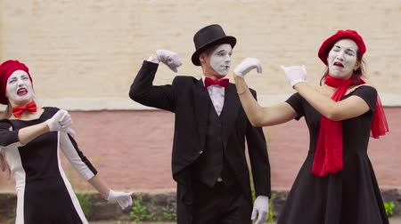 palyaço : Mimes make perfomance near building