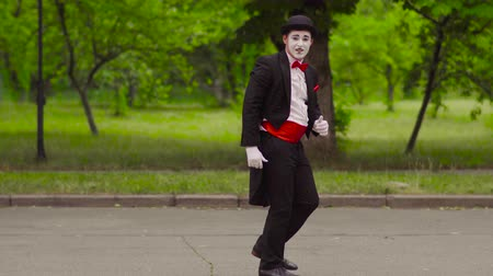 gesticulando : Two funny mimes play jokes in the park