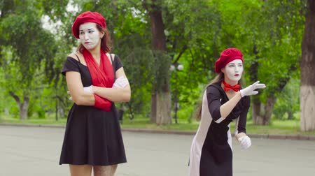invisible : Female mimes play scenes in the park