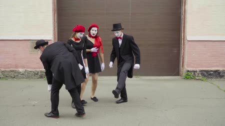 invisible : Four funny mimes play scenes on city street