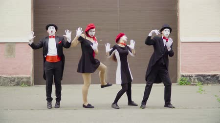 стучать : Four mimes on the street do perfomance