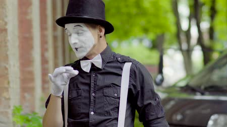 gesticulando : Young mime is fooling around on the street Vídeos