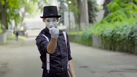 gesticulando : Young mime shows different moves on the street