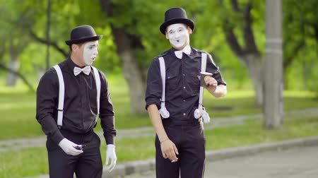 sigara : Two mimes are smoking at the park Stok Video