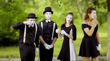 курильщик : Mimes eat and smoke at the park