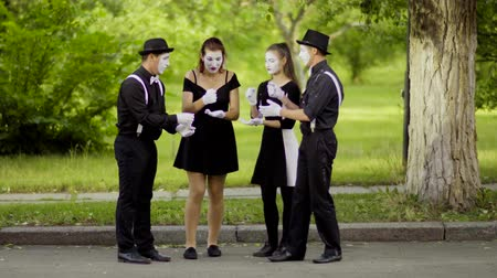 fingir : Mimes tocan Rock Paper Scissors en el parque Archivo de Video