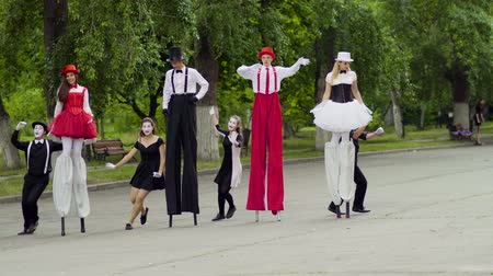 greasepaint : Mimes dance with stilts at the street