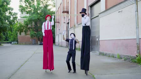 greasepaint : Stilts and mime do performance at the street