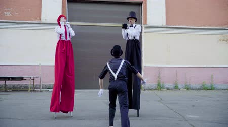 greasepaint : Stilts and mimeplay jokes at the street Stock Footage