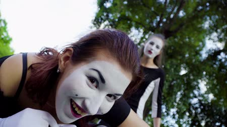 gesticulando : Two mimes girls imitate flirt on camera