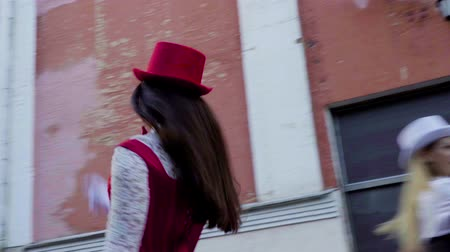 espartilho : Two comic couples on stilts are dancing near the building Stock Footage
