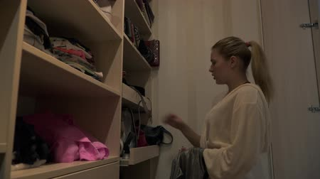 resimlerinde : Beautiful young girl chooses a handbag in her dressing room Stok Video