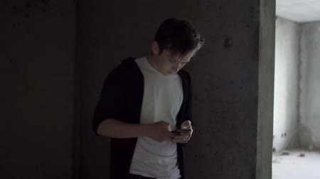 junkie : Young drug addict pushes the phone in a bad state of health