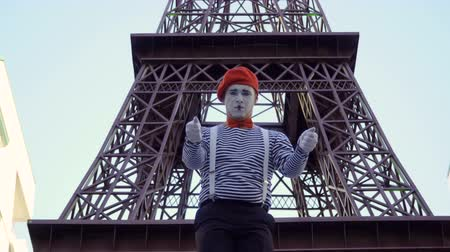 gesticulando : Mime tourist search with map Eiffel tower