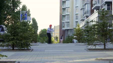 gesticulando : Man mime has fun at urban street