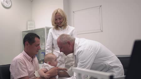 ded : Baby with father in the hospital Stock Footage