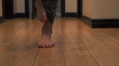 esfregar : Legs of handsome man walk go to the camera Stock Footage