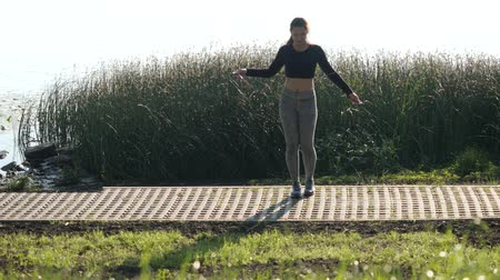 skákání : Beautiful young girl jumping rope