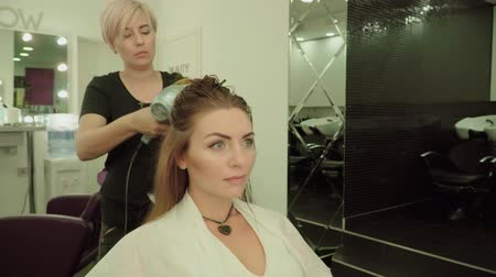 düzeltme : Beautiful young girl in a beauty salon. Stok Video
