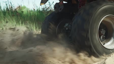 quadbike : ATV skids in the sand