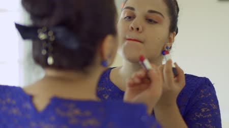 etli : Fat girl paints her lips in front of a mirror Stok Video