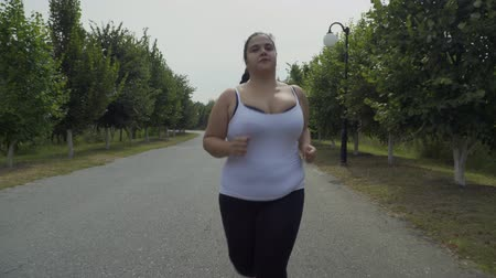 fed : Fat girl runs along the road