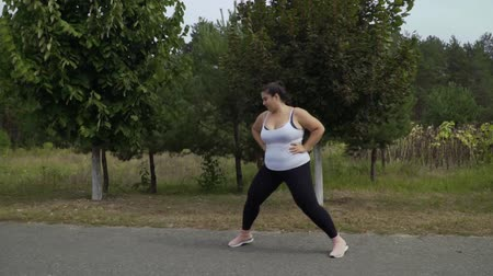 etli : Fat girl runs along the road