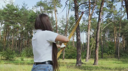 затянуть : Beautiful girl takes aim with a bow Стоковые видеозаписи