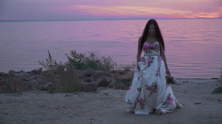 liberal : Beautiful lady in a long dress on a beautiful beach Stok Video