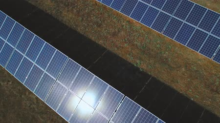 возобновляемый : Sunbeam walking on the large solar panel. Shot on drone