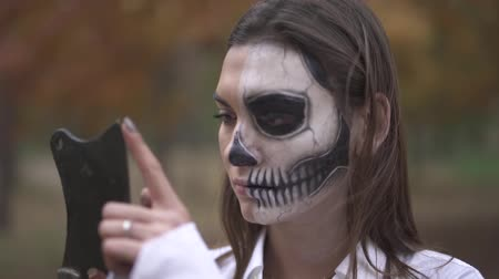 questão : Halloween. Woman with a scary Halloween makeup