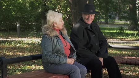 dojem : Mature man sits near woman at the park