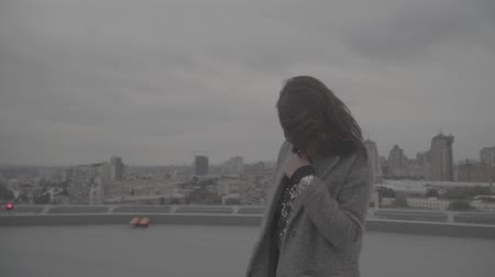 s : Cute smiling girl on the background of the city. Slow motion, s-log, ungraded Stockvideo