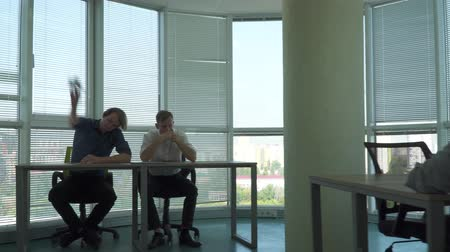 ネットブック : Two handsome guys and a girl work in a beautiful office