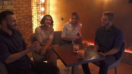 karczma : Friends is resting and talking at a table in a cafe. Wideo