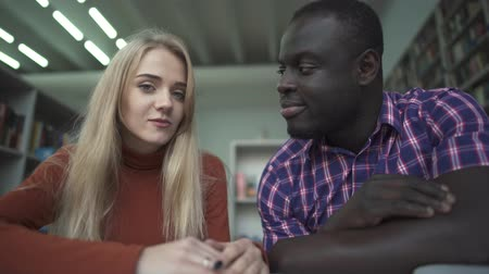 afro amerikan : African american male and caucasian female talk to camera Stok Video