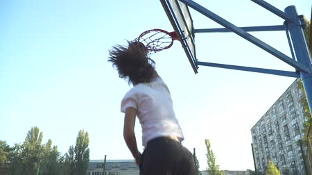 porażka : The guy throws a basketball into the basketball net.