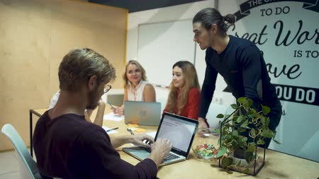 proposta : Team of young successful entrepreneurs working hard on a new startup and discuss new ideas in office meeting room